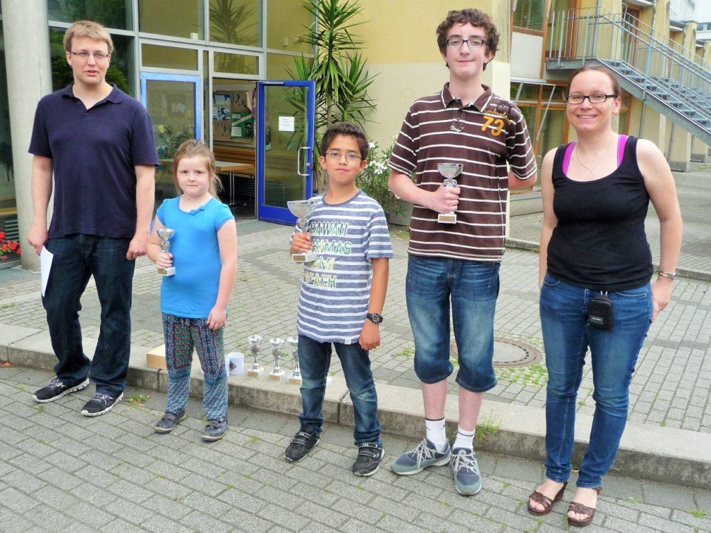 v.l.n.r.: Jugendwart Hendrik Möller, bestes Mädchen Ada Floyd, Davit Zohrabyan, David Barac, Turnierleitung Claudia Münstermann